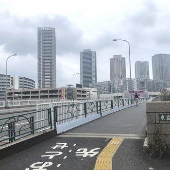 駅から歩き、こちらの橋を渡ると建物が見えてきます。