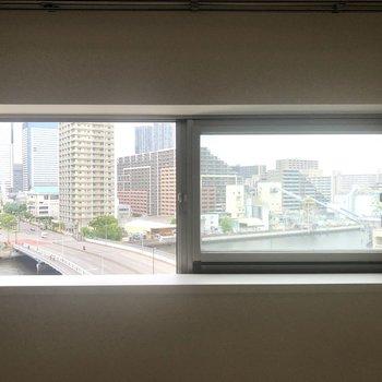 小窓からは駅方面の様子が見えました。