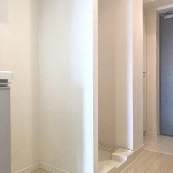 冷蔵庫と洗濯機は、壁を隔てて横並びになります。