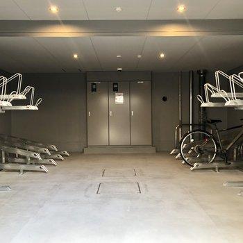 駐輪スペースは屋内に。雨の日でも安心です。