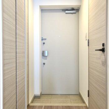 玄関スペースはコンパクトめですが、1人暮らしには十分な広さです。