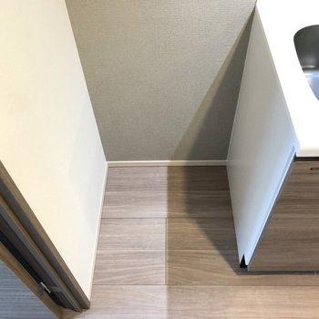 冷蔵庫は隣にすっぽりと。