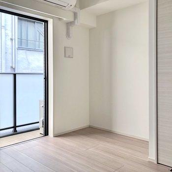 背の低い家具を置くことで、空間に圧迫感を与えず広く見せられますよ。