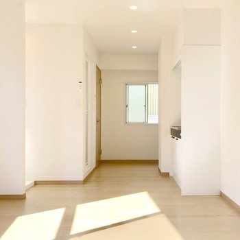 真ん中に大きなシェルフを置いて、ダイニングと寝室で分けるのもよし。(※写真は5階の同間取り別部屋のものです)