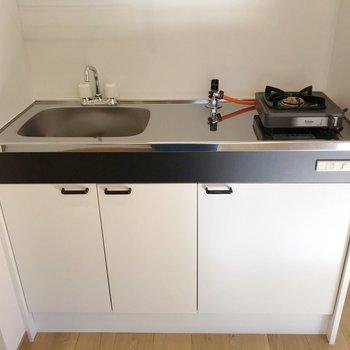 ピカピカなキッチン!1口コンロで作業スペースもしっかり確保。(※写真は5階の同間取り別部屋のものです)