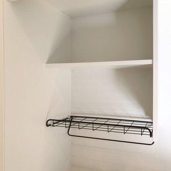シンクの上にはこんな棚。下は水切りかごとして使えそう!(※写真は5階の同間取り別部屋のものです)