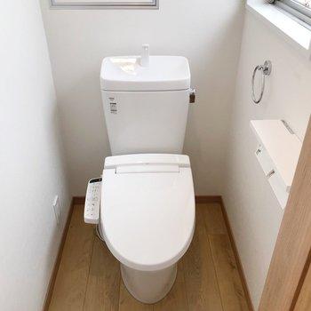 トイレはウォシュレット付き。窓もありますよ。(※写真は5階の同間取り別部屋のものです)