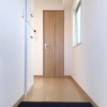ただいま、の景色。フルリノベ、木目の床と扉がナチュラルな雰囲気。(※写真は5階の同間取り別部屋のものです)
