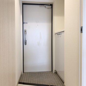 コンパクトな玄関(※写真は4階の反転間取り別部屋のものです)
