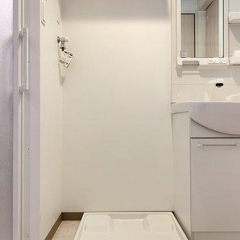 洗面と浴室に挟まれた洗濯機置き場(※写真は4階の反転間取り別部屋のものです)