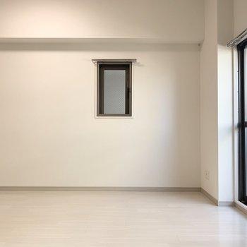 角部屋なので小窓も付いているのが嬉しい(※写真は4階の反転間取り別部屋のものです)