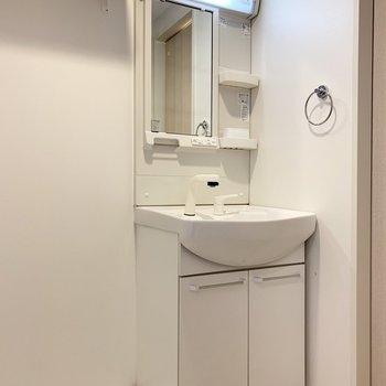 コンパクトな洗面(※写真は4階の反転間取り別部屋のものです)