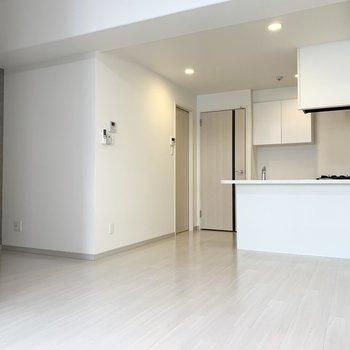 白が基調の爽やかルーム(※写真は4階の反転間取り別部屋のものです)