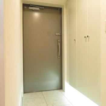 広い玄関です(※写真は5階の同間取り別部屋のものです)