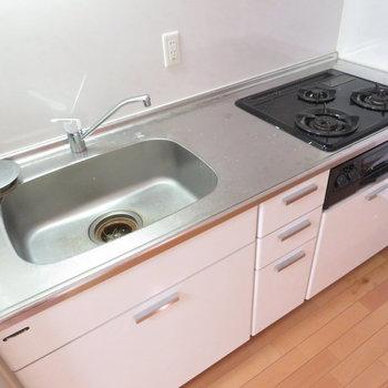キッチンは広々システムキッチン(※写真は5階の同間取り別部屋のものです)
