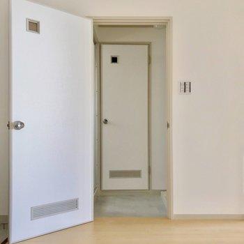 脱衣所は玄関の近くに。正面のドアの中はトイレです。(※写真は7階の同間取り別部屋のものです)