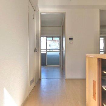 玄関は南向き。気持ちよく「行ってきます」ができますね♩(※写真は7階の同間取り別部屋のものです)