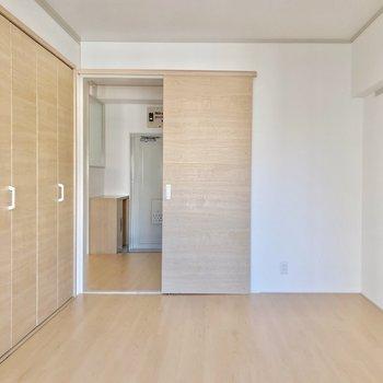 引き戸で仕切られます。淡い内装なので、寝具もナチュラルなテイストで揃えたい!(※写真は7階の同間取り別部屋のものです)