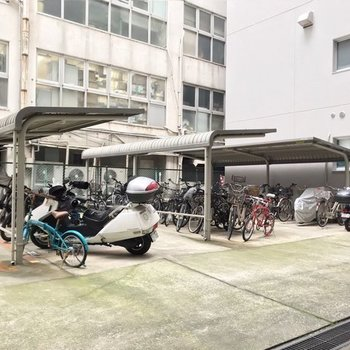 駐輪場は建物の奥に。屋根付きで雨に濡れにくいです。