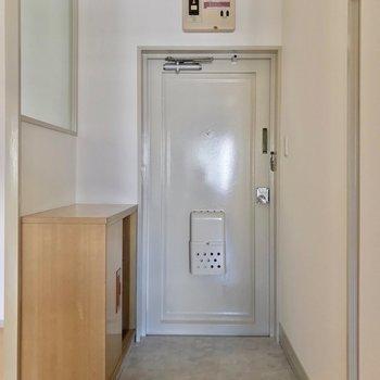 玄関も淡い色でまとめられていました。(※写真は7階の同間取り別部屋のものです)