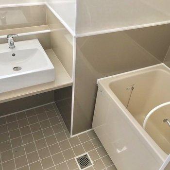 お風呂は綺麗に交換された2点ユニット。洗面台が素敵!(※写真は7階の同間取り別部屋のものです)