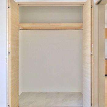 こちらにも収納があります。2人の荷物、しっかり分けられますよ◎(※写真は7階の同間取り別部屋のものです)