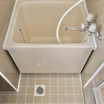 お風呂はコンパクトです。バスタブの中でシャワーを浴びるのがいいかな。(※写真は7階の同間取り別部屋のものです)