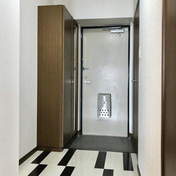 玄関の手前にはハンガーラックを置いてコートをかけておいてもいいなぁ(※写真は7階の同間取り別部屋、モデルルームのものです)