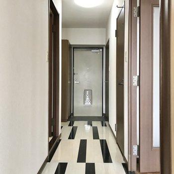 廊下は少しポップな雰囲気(※写真は7階の同間取り別部屋、モデルルームのものです)