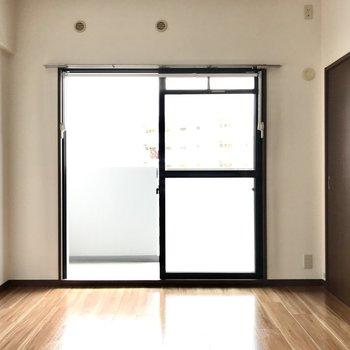 まずはバルコニー側、6.4帖の洋室。寝室としても◯(※写真は7階の同間取り別部屋、モデルルームのものです)