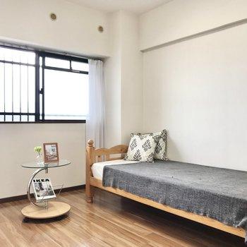 次は共用廊下側の6.4帖の洋室。こちらも充分明るいですね!(※写真は7階の同間取り別部屋、モデルルームのものです)