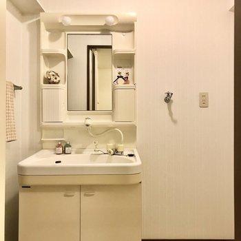 どっしり洗面台。よく見ると上に棚もありました!(※写真は7階の同間取り別部屋、モデルルームのものです)