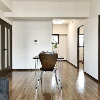 ダイニングテーブルもソファも置けますよ(※写真は7階の同間取り別部屋、モデルルームのものです)