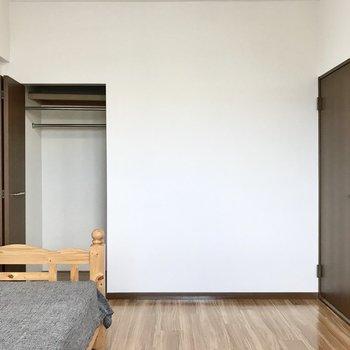 クローゼットはコンパクト。別にラックがあるといいな(※写真は7階の同間取り別部屋、モデルルームのものです)