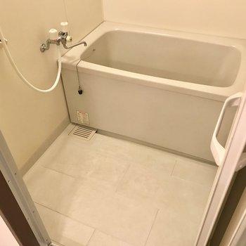 お風呂は少し古さを感じますが清潔感はありますよ!(※写真は7階の同間取り別部屋、モデルルームのものです)