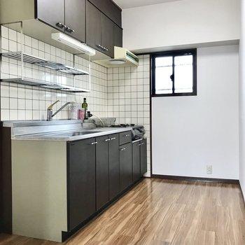 キッチンはリビング奥に隠れていました。窓もあるので換気もしっかりと(※写真は7階の同間取り別部屋、モデルルームのものです)