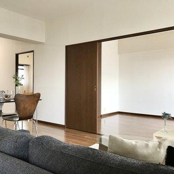 リビング横に2部屋の洋室(※写真は7階の同間取り別部屋、モデルルームのものです)