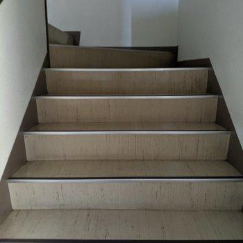 3階まで階段のみです。幅は2が通れるくらいです。詳しくは現地でご確認ください。