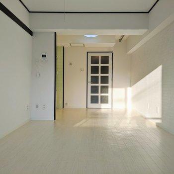 ダイニングと洋室を区別する扉がないので、広めの1Rとして使うことができます。