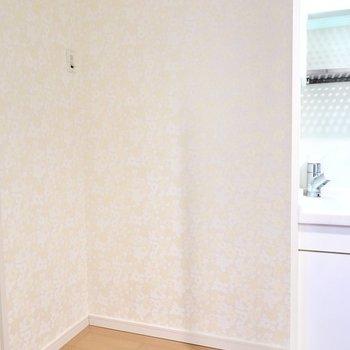 キッチンの左手には冷蔵庫置場。その他のキッチン家電もこちらにまとめて置ける広さ。(※写真は2階の同間取り別部屋のものです)