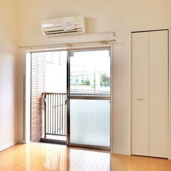 洋室は6.24帖の広さ。一見普通の白い内装に見えますが…(※写真は2階の同間取り別部屋のものです)