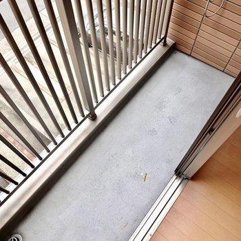ベランダはコンパクトですが竿受け付き。室内から洗濯物の出し入れがしやすいコンパクトさ。(※写真は2階の同間取り別部屋のものです)
