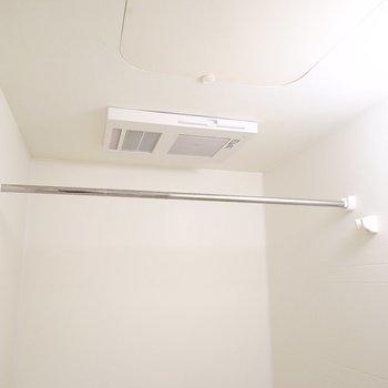 浴室乾燥機付きなので、外干しだと気になる洗濯物も、室内でしっかりと乾かせます◎(※写真は2階の同間取り別部屋のものです)