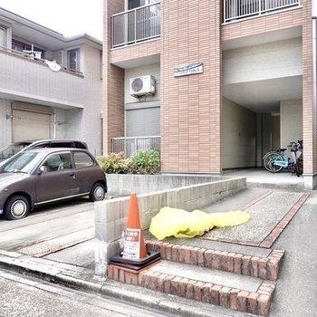 道路側は駐車場。建物が少し奥まった場所にあるのも安心ですね。