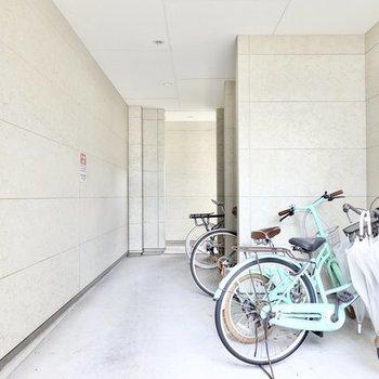 1階の屋根の下は簡易的な駐輪場に。奥の突き当りを左に行くと部屋へのお階段です。
