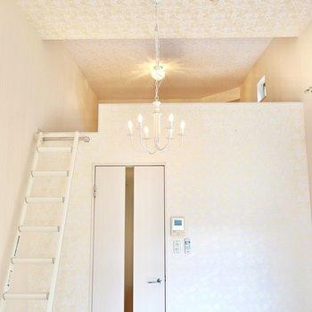 さらに上を見るとなんとロフトが!天井にも花柄のクロスが使われています。シャンデリア風の照明も可愛い…!(※写真は2階の同間取り別部屋のものです)