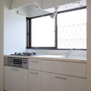 上に下にと収納力もあるキッチン!目の前にある窓で換気もしっかりできます。