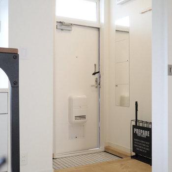玄関にはミラーとコート掛けを設置!しっかり高さも計算されています