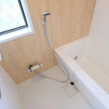 【完成イメージ】ゆったり新品お風呂。木目のシートが癒やし空間を演出します。