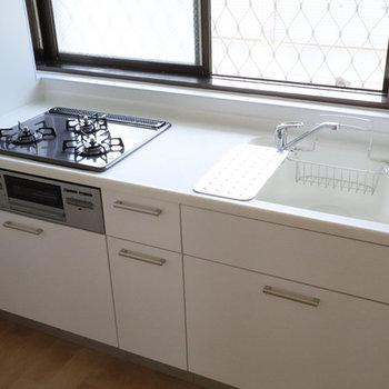 料理が捗る新品キッチン!人工大理石の天板は掃除がらくらく!